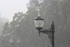 Lampada in una pioggia nebbiosa immagini stock libere da diritti