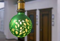 Lampada verde rotonda con vetro glassato ed il modello giallo fotografia stock