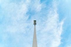 Lampadaire électrique à la rue avec le ciel bleu Photo libre de droits