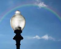 Lampadaire avec l'arc-en-ciel Photo stock