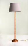 Lampadaire avec la base et le Pale Purple Shade en bambou Photo stock