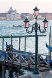 Lampadaire de vintage avec la lagune de Venise à l'arrière-plan à Venise, Italie photos stock