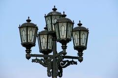 Lampadaire de vintage sur le fond de ciel bleu Images stock