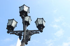 Lampadaire de vintage sur le fond de ciel bleu Photos stock