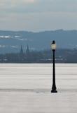 Lampadaire et lac figé Photographie stock libre de droits