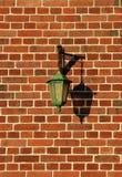 Lampadaire normand sur mur Engelse briquesrouge royalty-vrije stock afbeelding