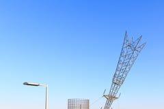 Lampadaire, support de gaz et pylône à l'envers de l'électricité photos libres de droits