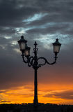 Lampadaires en Italie au coucher du soleil et au ciel dramatique Photos stock