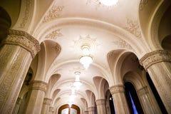 Lampadari a bracci decorati del palazzo Immagine Stock