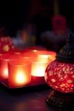 Lampadari a bracci di vetro rossi e lampadario a bracci arabo. Fotografia Stock Libera da Diritti