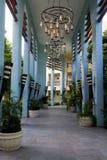 Lampadari a bracci sopra il passaggio pedonale all'albergo di lusso nel Messico Fotografia Stock