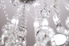 Lampadario a bracci a cristallo contemporaneo. Fotografie Stock Libere da Diritti