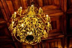 Lampadario a bracci Crystal Chandelier Stile dell'annata Immagine tonificata Candeliere che appende nell'ambito di un soffitto in fotografia stock libera da diritti