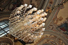 Lampadario a bracci e mosaici in chiesa ortodossa Fotografia Stock