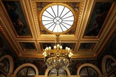 Lampadario a bracci splendido del soffitto in palazzo reale Fotografia Stock Libera da Diritti