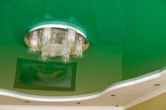 Lampadario a bracci su un soffitto verde. Immagini Stock Libere da Diritti