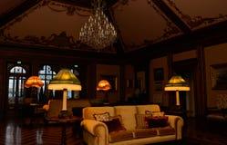 Lampade barrocco accese palazzo, soffitto d'annata del salone, interno antiquato Immagini Stock