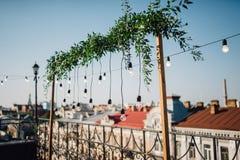 Lampade, caduta verde della ghirlanda sopra il balcone sulla cima del roo fotografie stock