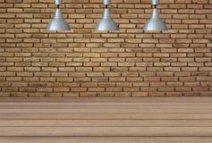 Lampade d'argento sul soffitto e su un contesto su un muro di mattoni con Fotografia Stock