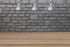 Lampade d'argento sul soffitto e su un contesto su un muro di mattoni con Immagini Stock Libere da Diritti