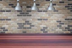 Lampade d'argento sul soffitto e su un contesto su un muro di mattoni con Immagine Stock Libera da Diritti