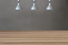 Lampade d'argento sul soffitto e su un contesto sui wi di un muro di cemento Immagine Stock