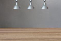 Lampade d'argento sul soffitto e su un contesto sui wi di un muro di cemento Immagine Stock Libera da Diritti