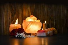 Lampade dei bei pezzi della ciotola & supporto di candela naturale del sale | Sale himalayano immagine stock
