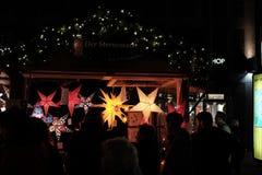 Lampade di carta al mercato di Natale immagine stock libera da diritti