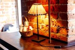 Lampade di lettura davanti ad un muro di mattoni rosso Immagine Stock