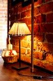Lampade di lettura davanti ad un muro di mattoni rosso Fotografia Stock