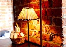 Lampade di lettura davanti ad un muro di mattoni rosso Immagine Stock Libera da Diritti