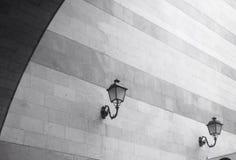 Lampade di via alla moda sulla parete fotografia stock libera da diritti