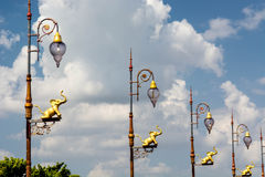 lampade di via con la scultura dell'elefante contro il cielo del bluet Fotografie Stock