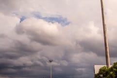 Lampade di via con un cielo nuvoloso Fotografia Stock Libera da Diritti