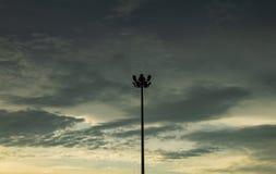 Lampade di via con un cielo nuvoloso, pioggia Immagine Stock Libera da Diritti