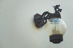 Lampade di via d'annata cinesi che appendono sulla parete Fotografia Stock Libera da Diritti
