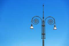 Lampade di via d'annata nel cielo blu Fotografia Stock Libera da Diritti