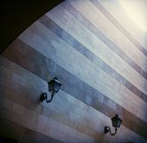 Lampade di via e parete progettata fotografia stock libera da diritti