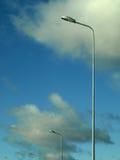 Lampade di via sopra priorità bassa nuvolosa Immagine Stock