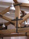 Lampade e legnami del tetto fotografia stock libera da diritti