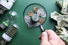 Lampade e soldi differenti Immagini Stock Libere da Diritti