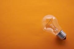 Lampade incandescenti su un fondo arancio Fotografia Stock