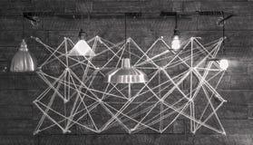 Lampade moderne che appendono davanti alla progettazione geometrica complessa Immagini Stock