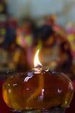Lampade a olio brucianti al tempio religioso thailand Fotografia Stock Libera da Diritti