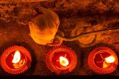 Lampade a olio che splendono nella notte Immagini Stock