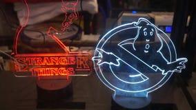 Lampade principali dei ghostbusters di concessione e delle cose sconosciute a Romics video d archivio