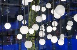 Lampade rotonde bianche nell'interno su un fondo blu fotografie stock libere da diritti