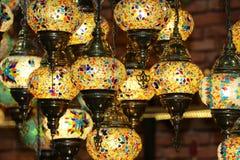 Lampade turche d'attaccatura decorative luminose tradizionali e luci colourful con i colori vivi nel bazar di Costantinopoli, Tur fotografia stock libera da diritti