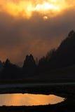 Lampadina al crepuscolo con gli alberi e lo stagno fotografia stock libera da diritti